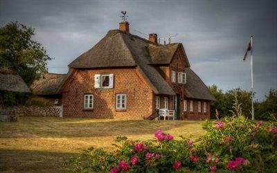 Каменная ограда, Газон, Дом с камышовой крышей
