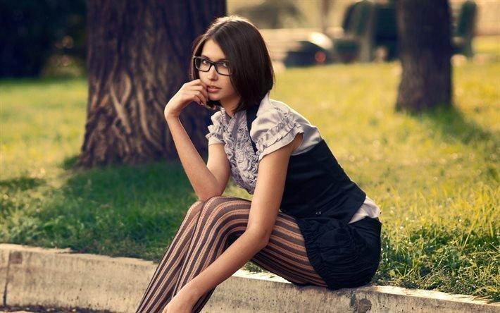 девушка, брюнетка, очки, колготки, ствол, дерево