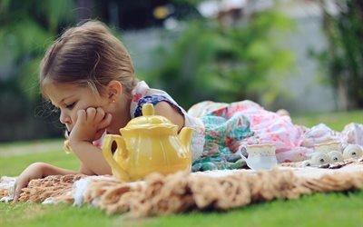 лето, природа, трава, девочка, чайник, чашки