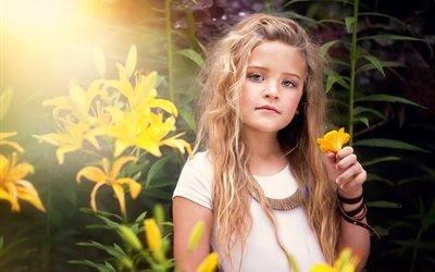 девочка, русая, локоны, природа, цветы, лилии, браслет, солнце, свет