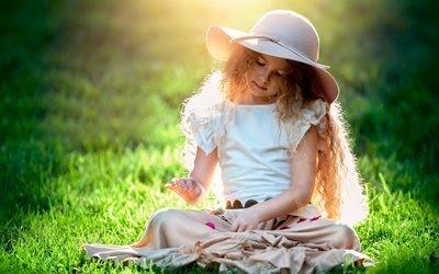 девочка, волосы, кудри, шляпа, природа, лето, трава, свет