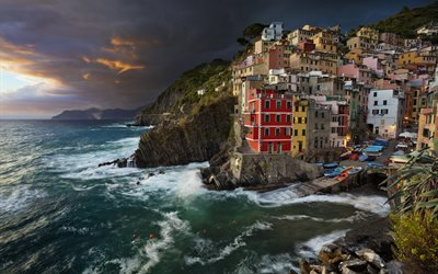 Лигурийское море, Italy, Ligurian Sea, Liguria, Лигурия, Cinque Terre, Риомаджоре, вечер, здания, море, побережье, Чинкве-Терре, Riomaggiore, Италия