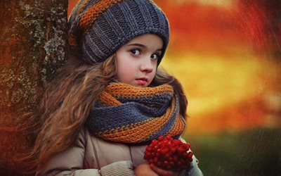 дети, ребёнок, девочка, осень, шапка, шарф, ягоды, калина, дерево, ствол