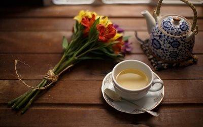 Чашка чая, заварник, букет цветов