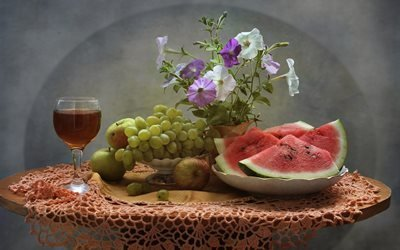натюрморт, столик, салфетка, цветы, арбуз, ягоды, виноград, тарелка, вазочка, яблоки, бокал, напиток