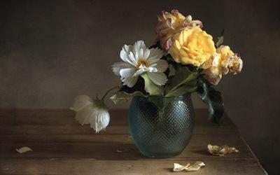 стол, ваза, цветы, розы, космея, лепестки