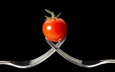 помидор, вилки, макро, черный фон