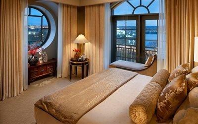 интерьер, комната, спальня, кровать, подушки, кушетка, занавески, окна, тумбочка, столик, лампа, ваза, статуэтки